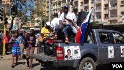 Desfile e cartazes da RENAMO e seu candidato presidencial Afonso Dhlakama
