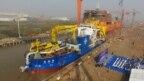 Bắc Kinh đã bắt đầu chạy thử tàu nạo vét nước sâu lớn nhất châu Á được đặt tên là Thiên Côn Hiệu. Chiếc tàu dài 140m có khả năng nạo vét 6.000 mét khối đất một giờ ở độ sâu 35 mét dưới đáy biển, China Daily nói.