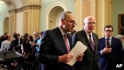El senador líder de la minoría Chuck Schumer de Nueva York, camina con el senador Patrick Leahy, demócrata por Connecticut, tras una conferencia de prensa con líderes demócratas el 20 de marzo de 2018 en el Capitolio, en Washington.