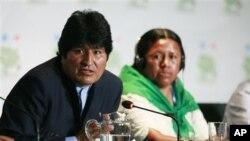 ປະທານາທິບໍດີ Bolivia ທ່ານ Evo Morales ຖະແຫລງຕໍ່ນັກຂ່າວ ຢູ່ທີ່ກອງປະຊຸມສະຫະປະຊາຊາດ ວ່າດ້ວຍການປ່ຽນແປງຂອງດິນຟ້າ ອາກາດ ທີ່ແຄນຄູນ ປະເທດເມັກຊິກໂກ ໃນວັນທີ 9 ທັນວາ, 2010.