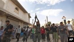 Suriyaning Marea shahri, isyonchilardan biri dafn etilmoqda, 9-avgust, 2012-yil.