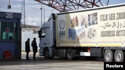 Xe tải viện trợ đi vào Syria từ Thổ Nhĩ Kỳ, ngày 7/2/2016.