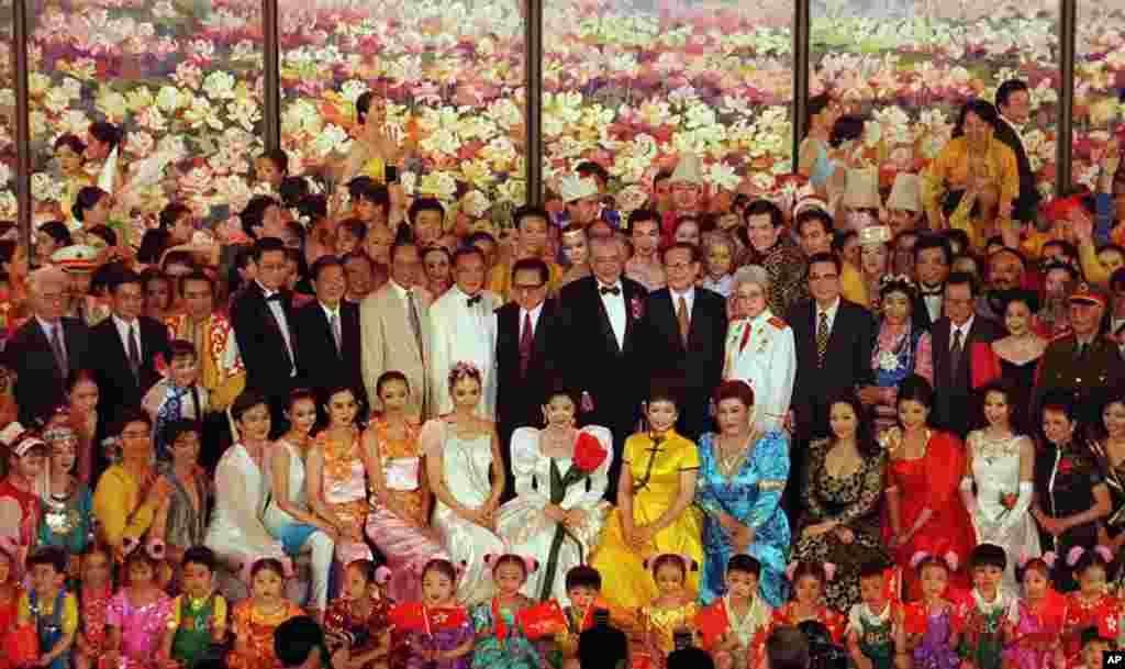 1997年7月2日,北京举行庆祝香港回归中国音乐会,会后中国领导人江泽民、李鹏、乔石、朱镕基、胡锦涛等人走上舞台,和歌手、演员合影。香港回归,是在江泽民任期内完成的。