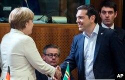 希腊总理齐普拉斯和德国总理默克尔在布鲁塞尔握手(2015年6月10日)