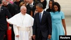 Papa Francis, kushoto, akikaribishwa na Rais Barack Obama na mkewe Michelle Obama.
