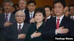 한국 박근혜 대통령 당선인이 22일 오후 서울 종로구 삼청동 대통령직인수위원회에서 열린 인수위 해단식에서 국기에 대한 경례를 하고 있다.