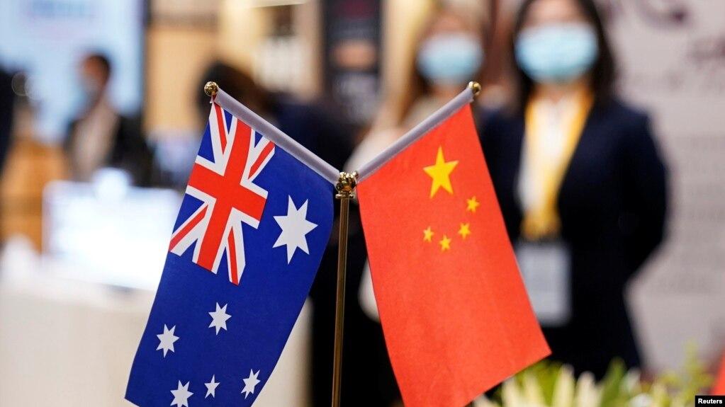 在上海举行的第三届中国国际进口博览会展台上的澳大利亚和中国国旗。(2020年11月6日)(photo:VOA)