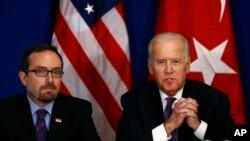 美國副總統拜登(右)在美國駐土耳其大使約翰•巴斯的陪同下在伊斯坦布爾與土耳其公民社會組織見面。(2016年1月22日)