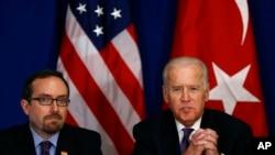 美国副总统拜登(右)在美国驻土耳其大使约翰·巴斯的陪同下在伊斯坦布尔与土耳其公民社会组织见面。(2016年1月22日)