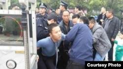 律师在衡阳中院门口被围攻殴打(网络图片)