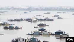 Làng bè của người Việt trên Biển Hồ