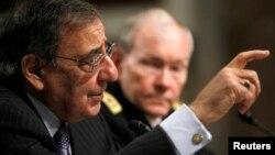 El secretario de Defensa, Leon Panetta y el General Martin Dempsey (al fondo) testicaron ante el Congreso sobre los acontecimientos en Bengasi.
