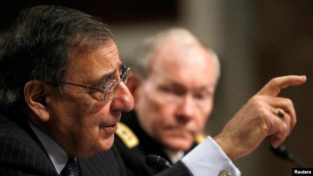 Menhan AS Leon Panetta (kiri) hari Kamis (7/2) memberitahu Komite Angkatan Bersenjata Senat Amerika mengenai serangan teroris di Benhazi.