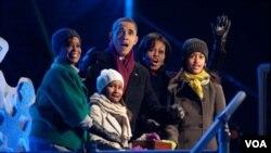 La madre de la primera dama, Marian Robinson, el presidente Obama, la primera dama Michelle y sus hijas, Sasha y Malia muestra su admiración por el Árbol de Navidad.