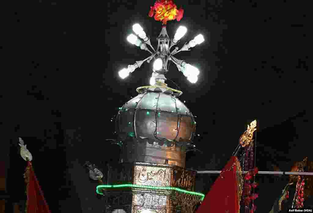 تعزیوں میں عمومی طور پر روشنی کیلئے کئی برقی لائٹیں لگائی جاتی ہیں۔ جنریٹر کا اہتمام بھی کیا جاتا ہے
