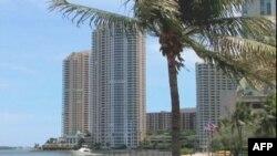 Nhiều kiến trúc cao tầng ở Miami với những căn hộ cao cấp xây từ lúc thị trường nhà đất Mỹ chưa xuống dốc do đó vẫn còn nhiều căn chưa có chủ