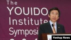 윤병세 한국 외교부 장관이 10일 국회 의원회관에서 열린 새누리당 여의도연구원의 '한반도통일과 동북아경제협력' 국제심포지엄에서 기조연설을 하고 있다.