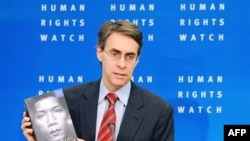 Giám đốc điều hành Human Rights Watch Kenneth Roth cầm bản phúc trình về tình hình nhân quyền trên toàn thế giới tại cuộc họp báo ở Brussels, ngày 24/1/2011