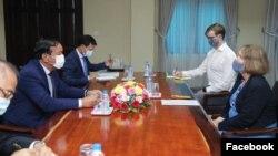 រដ្ឋមន្ត្រីក្រសួងការបរទេសកម្ពុជា លោក ប្រាក់ សុខុន ជួបប្រជុំជាមួយអ្នកស្រី Tina Redshaw ឯកអគ្គរាជទូតនៃចក្រភពអង់គ្លេសប្រចាំនៅកម្ពុជា កាលពីថ្ងៃទី១៦ ខែធ្នូ ឆ្នាំ២០២០។ (រូបថតពីទំព័រហ្វេសប៊ុក Ministry of Foreign Affairs and International Cooperation - Cambodia)