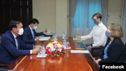 Cambodian Foreign Minister Prak Sokhonn at a meeting with British Ambassador Tina Redshaw in Phnom Penh, Cambodia, December 16, 2020. (Courtesy of Cambodian Ministry of Foreign Affairs)