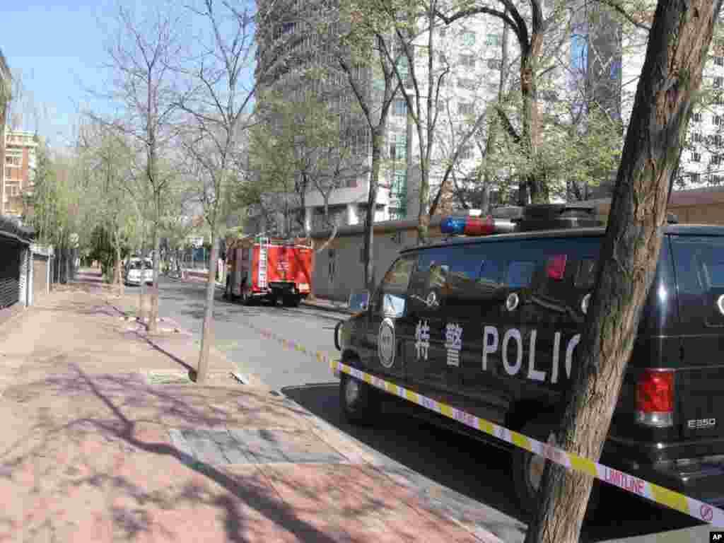 饭店后面的秀水街上也部署了警车和消防车