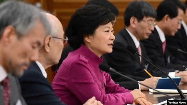 7일 한국 대통령직 인수위원회 전체회의에서 인사말을 하고 있는 박근혜 대통령 당선인(가운데). (자료사진)