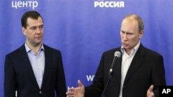 선거 결과에 관해 논평하고 있는 푸틴 총리(우)와 메드베데프 대통령