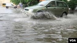 Los vientos máximos han disminuido a aproximadamente 90 km/h, pero meteorólogos dicen aún hay peligro de inundaciones.