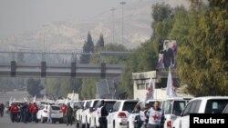 Konvoi yang terdiri dari Palang Merah, Bulan Sabit dan PBB berkumpul sebelum bergerak menuju Madaya dari Damascus, dan ke al Foua dan Kefraya di provinsi Idlib, Suriah, 11 Januari 2016.