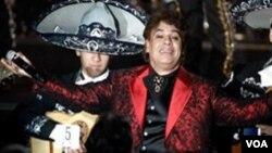 Seguidores de Juan Gabriel llegaron a la estrella del Paseo de la Fama de Hollywood para dejarle flores, así como mensajes y ofrendas.