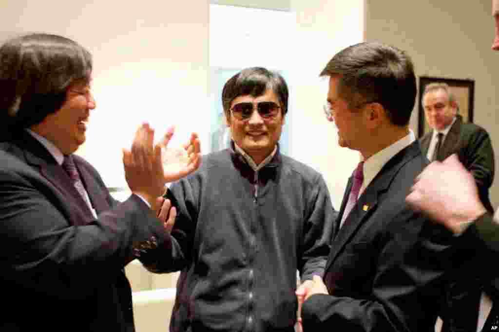 5月1号美国驻华大使骆家辉(右)和陈光诚在美国驻北京大使馆中