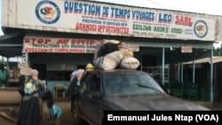 A la gare routière d'Ebolowa, une voiture sur le point de départ à Akom II, au Cameroun, le 2 octobre 2021.