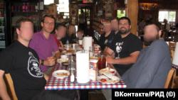Станислав Шевчук и Мэтью Хаймбах вместе с единомышленниками в ресторане в США (на Хаймбахе – футболка с портретом лидера британских фашистов Освальда Мосли), 2017 год