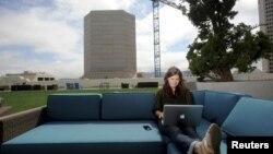 En esta foto, Jenna Sampson, gestora de comunidades de Twitter, trabaja en la terraza de la azotea de la compañía en San Francisco.