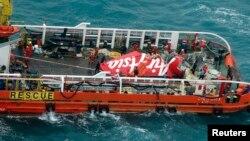 Ekor pesawat penumpang AirAsia QZ8501 diletakkan di atas dek kapal milik BASARNAS, Crest Onyx, setelah berhasil diangkat dari dasar laut di selatan Pangkalan Bun, Kalimantan Tengah (10/1).