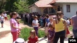 Meštani Srbice okupljeni tokom posete Dalibora Jevtića, ministra za zajednice i povratak u Vladi Kosova