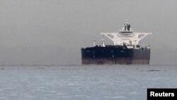 一艘运载伊朗原油的大型油轮3月1日停靠在新加坡外海