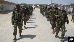 صومالیہ میں الشاب کے جنگجو اپنی قوت کا مظاہرہ کر رہے ہیں۔ فائل فوٹو