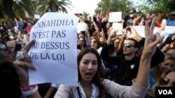 Unjuk rasa di Tunisia memprotes partai Islamis Ennahda yang memimpin pemerintahan koalisi di Tunisia (foto: dok).