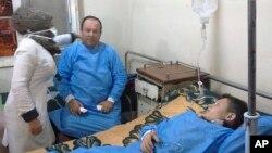 Dalam foto yang dirilis kantor berita resmi pemerintah Suriah, SANA, tampak orang-orang tengah menerima perawatan di rumah sakit setelah terjadinya apa yang diduga sebagai serangan kimia di Aleppo, Suriah, Sabtu, 24 November 2018 (foto: SANA via AP)