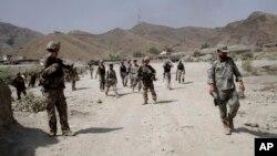 Pasukan AS berpatroli di dekat lokasi serangan militan di sebuah pangkalan AS, Torkham, Afghanistan, 2 September 2013 (Foto: dok). para pejabat Afghanistan melaporkan sedikitnya sembilan warga sipil tewas dalam serangan udara NATO do provinsi Kunar TImur, Minggu (8/9).