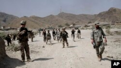 Pasukan Amerika berpatroli di dekat lokasi serangan militan di sebuah pos AS di Torkham, Afghanistan, 2 September 2013 (Foto: dok).