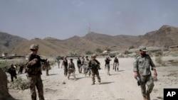 나토군이 공격을 받은 아프가니스탄 미군 기지를 순찰하고 있다.