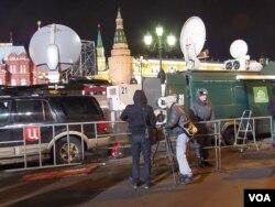 去年总统大选结束后,国家控制的几家俄罗斯电视台报道支持普京集会。(美国之音白桦拍摄)