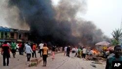 20일 나이지리아 조스 버스터미널의 폭탄 테러 현장에서 검은 연기가 솟아오르고 있다.