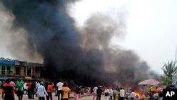 Una columna de humo tras la explosión de una bomba en un autobús, en una terminal en Jos, Nigeria, el martes.