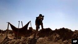 Kurdski borac osmatra položaje Islamske države 300 kilometara severno od Bagdada, 6. septembar 2014.