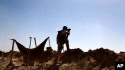 یکی از نیروهای پیشمرگه کرد عراق در حال دیدبانی در حومه مخمور در ۳۰۰ کیلومتری شمال بغداد - آرشیو