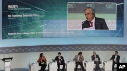 Presiden Chile, Sebastian Pinera tampak dalam layar pada saat berlangsungnya diskusi panel pada KTT APEC di Vladivostok, Rusia hari Jumat (7/9).