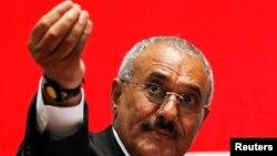 លោក Ali Abdullah Saleh អតីតប្រធានាធិបតីយេម៉ែនថ្លែងក្នុងពេលប្រមូលផ្តុំអ្នកគាំទ្រមួយនៅក្នុងក្រុង Sanaa កាលពីថ្ងៃទី២០ ខែកុម្ភៈ ឆ្នាំ២០១១។